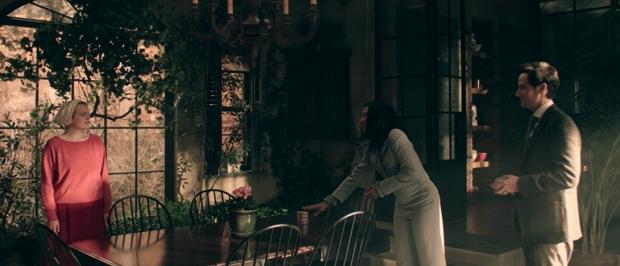 Escena con June, la embajadora de México y su asistente en The Handmaid's Tale