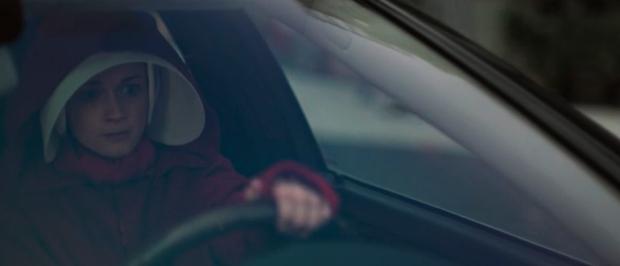Escena de liberación con Emily conduciendo en The Handmaid's Tale