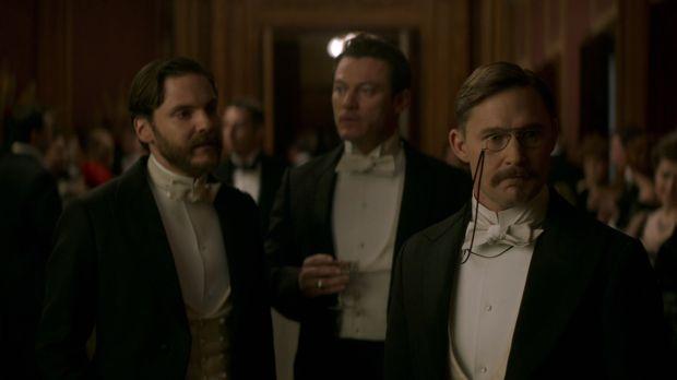 Escena de The Alienist - Netflix - Roosevelt (Brian Gerahty) con Dr. Kreizler (Daniel Brühl) y John Moore (Luke Evans)